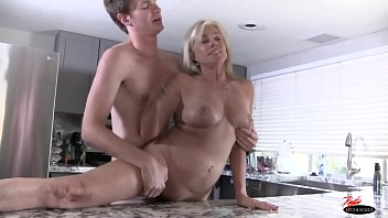 pays workers sandwich Saxo porn girl