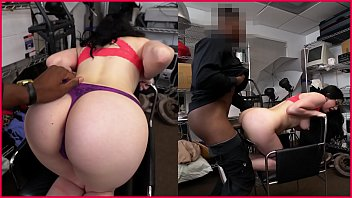gold famosas gatas Hottie curves in a funny mask and scratches muff